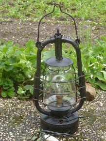 lampe  a  petrole  ancienne  , électrifiée