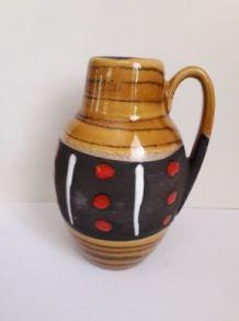 joli pichet en céramique Marqué en reflief W.GERM Allemagne