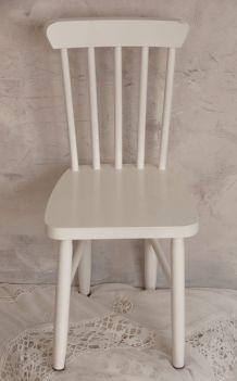 Petite chaise d'enfant en bois blanc