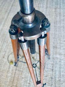 Lampadaire tripode ancien en bois