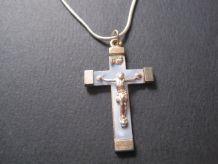 Ancienne croix en Métal + Nacro couleur BLEU  avec chaine