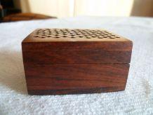 Petite boite en bois ajourée  indienne