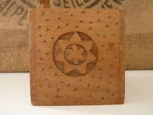 Jolie boîte à sel en bois sculpté, motifs floraux.