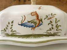 Beurrier, faïence estampillée Feret à Moustiers décor oiseau