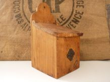 Grande boîte à sel ou à farine en bois, avec accroche murale