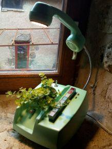Lampe téléphone et pot de fleur