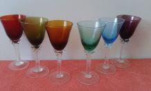 Six verres à vin.  Six couleurs différentes.