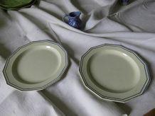 2 assiettes en faïence ancienne, liseré de barbotine bleue