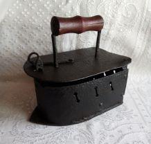 Ancien gros fer à braises type bateau
