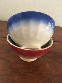 Deux petits bols anciens en rouge et bleu.