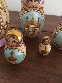 Cinq poupées matriochkas.