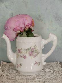 Théière porcelaine vintage motifs fleurettes roses