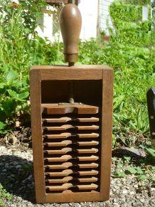 Boite en  bois  , ancien outil  vintage