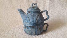 Très originale théière avec sa tasse emboîtable, en céramiqu