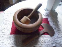 Bol en bois, pilon et hachoir