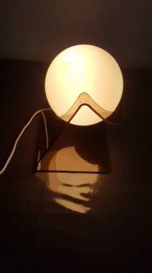 lampe à poser plexiglas fumé et globe opaline blanc