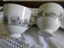 Paire de tasses et assiettes en porcelaine allemande