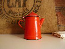 Ancienne cafetière émaillée rouge. Marque Japy