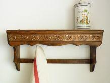Ancien porte casseroles en bois, recouvert de motifs floraux