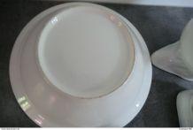 Ancien nécessaire de toilette en porcelaine blanche -