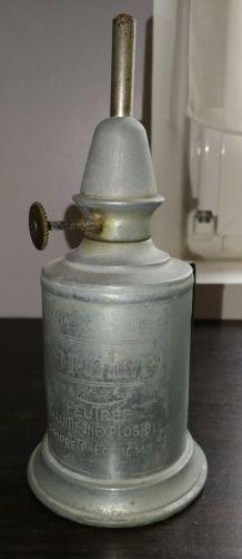 """Lampe à essence de la marque """"BRULOR """" en métal blanc"""