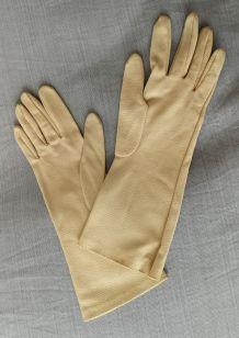 Gants crème  taille 7 en tissu cloqué (année 70)