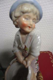 Enfant avec sont sceau en Porcelaine de paris fin XIXe