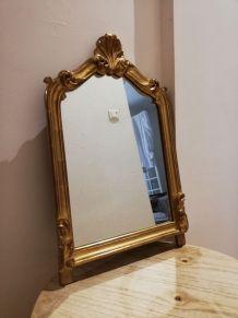 Miroir doré de style baroque