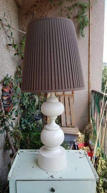 grande lampe pied bois tourné blanc avec abat-jour marron