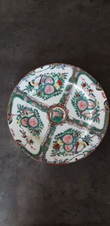 Plat en porcelaine au décor style Imari