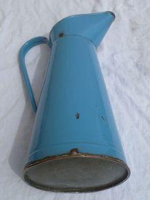 broc  en  tole  émaillée  bleu,  vintage