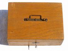boite , coffret  en  bois  avec  clée ,   vintage