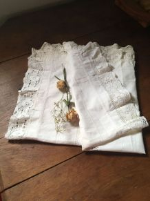 Grande taie d oreiller en coton fin blanc et dentelle.