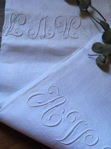 Nappe blanche en coton damassée et monogrammée.