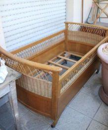 Lit ancien en bois rotin et osier pour bébé ou jeune enfant