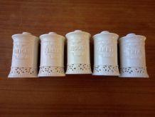 5 pots à épices en porcelaine