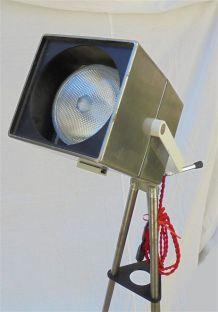 Lampadaire projecteur sur trépied