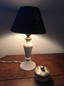 Lampe au pied en opaline blanche et laiton.