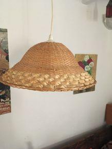 Suspension en osier tressé à la forme de chapeau .