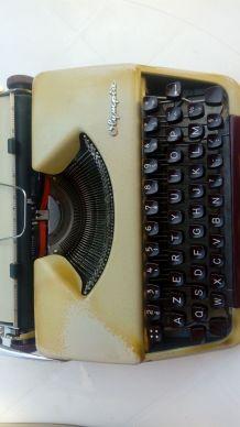 Machine à écrire Olympia avec sa housse