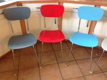 Suite de cinq chaises en bois peint et métal chromé vintage