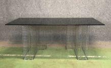 Bureau moderne piétement grillagé  et dessus en verre fumé