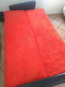 Canapé convertible fourrure rouge et skai noir