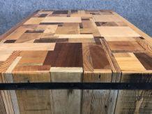 Îlot central mange-debout avec différentes essences de bois