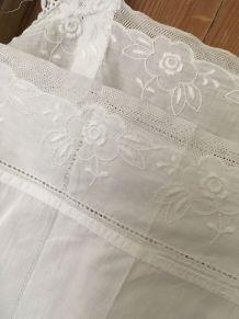 Chemise de nuit ancienne en coton blanc brodé et tulle.