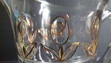 Pichet  en verre ciselé décor fleurs .