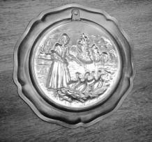 Assiette Etain  ZINN TIN PEWTER décor sculpté en relief