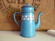 Cafetière ancienne en tôle émaillée bleue lustucru