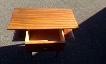 Table d'appoint en bois vernis avec un éclat au coin gauche