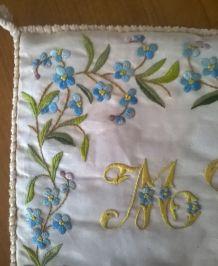 Petit coussin ancien brodé main, en soie moirée
